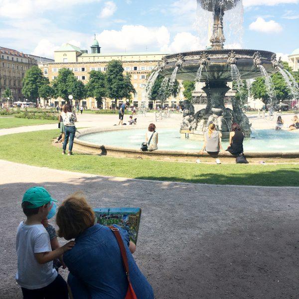 Mit dem Wimmelbuch durch Stuttgart. Foto © Lena Welz