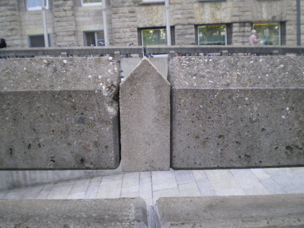 """Norbert Radermacher """"Das Gebäude"""", 1987 in Stuttgart. Foto © Welz"""