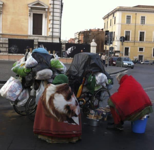 Stadtnomaden in Rom auf der Piazza del Cinquecento. Foto © Welz