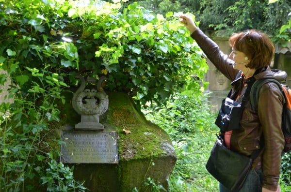 Am Grab von Wilhelm Hauff auf dem Hoppenlau-Friedhof in Stuttgart - Foto © Hbacher