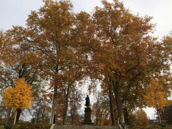 Herbst: Schiller auf der Schillerhöhe in Marbach - Foto © Welz