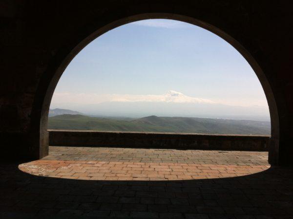 Charents Arch - Der Bogen von Charents mit Blick auf die Ararat-Ebene und den Ararat - Foto © Welz 4_2013