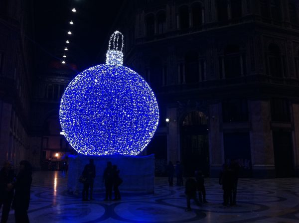 Weihnachtskugel in der Galleria Umberto I. Neapel - Foto © Welz