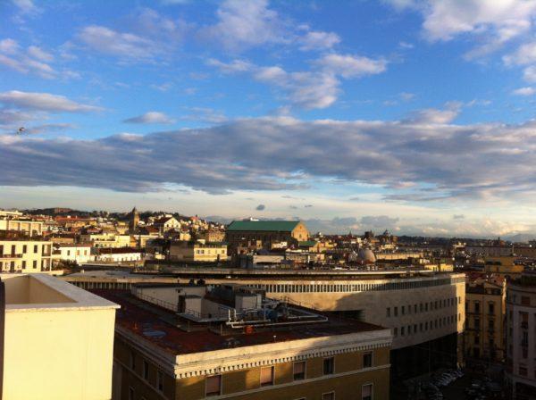 Blick von der Dachterrasse auf die Altstadt von Neapel. Dominierend das Dach des Kirchenschiffes von Santa Chiara. Foto © Welz