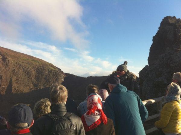 Vulkanguide David erklärt uns am Kraterrand die Gefahren des Vesuvs - Foto © Welz
