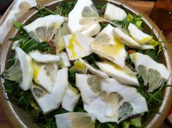 CEDRO-Salat mit Rucola, Oliven und Sardellen - lecker! Foto © Welz