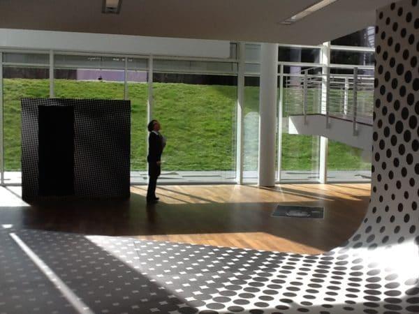 Auch Adrienne Braun wartet auf ihr Foto im Museum Frieder Burda in Baden-Baden - Foto © Welz