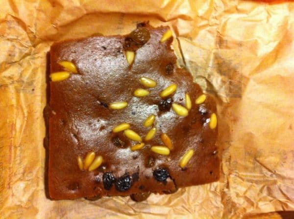 Köstlich! Castagnaccio - ein Kuchen aus Kastanienmehl mit Pinienkernen und Rosinen - Foto © Welz