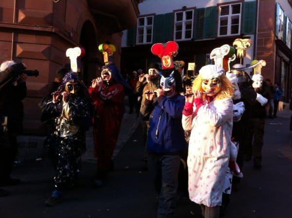 Unermüdlich sind die Pfeifer und Tambouren unterwegs beim Basler Morgestraich. Foto @ Welz