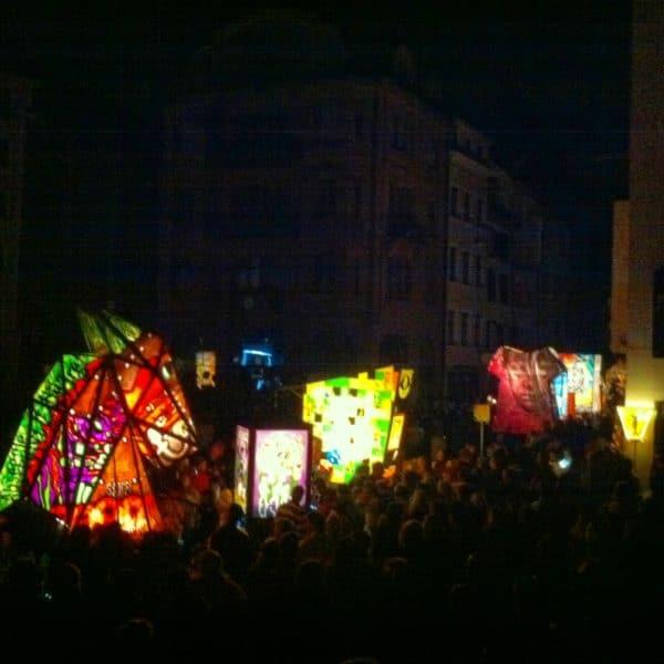Über 200 Fasnachtssujets auf Laternen leuchten im Dunkeln ... Foto © Welz