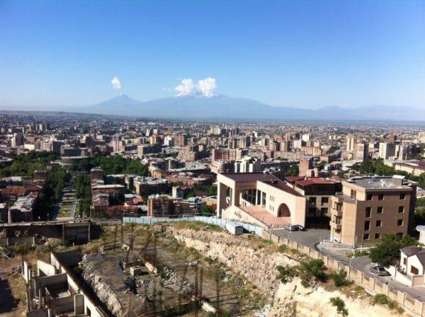 Blick auf Yerevan und den Berg Ararat von der Aussichtsplattform oberhalb der Kaskade. Der Neubau rechts ist das Maison Charles Aznavour. Foto © Welz