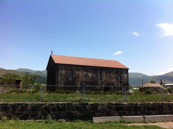 Die Khasacher Basilika in Aparan wurde am Ende des 4. Jahrhunderts gebaut - Foto © Welz