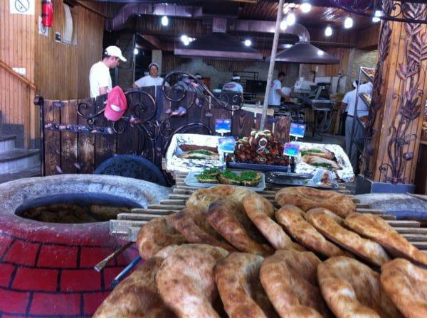 Die Großbäckerei in Aparan mit dem traditionellen Tonofen - Foto © Welz