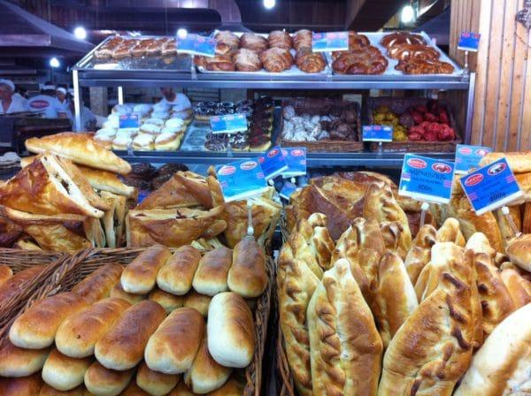 Frisch gebacken! Gebäck in der Großbäckerei in Aparan - Foto © Welz