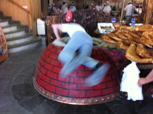 Im Minutentakt stürzt sich der Bäcker ... Foto © Welz