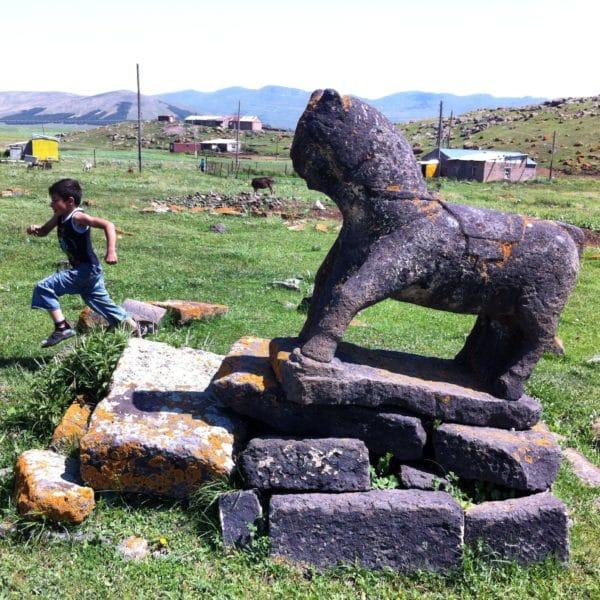 Auf dem Gräberfeld von Rja Taza stehen keine Grabkreuze, sondern Pferdestatuen auf den Männergräbern - Foto © Welz