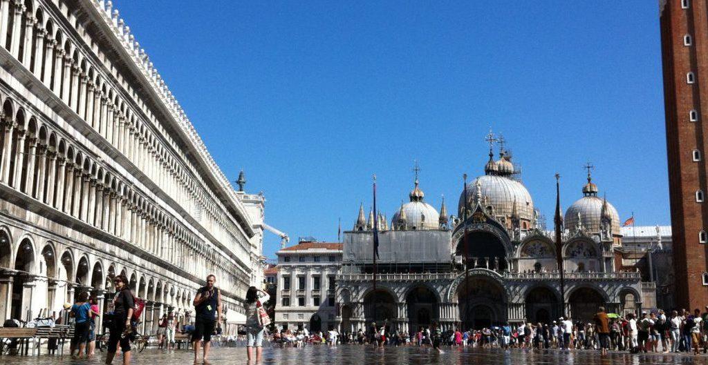 Aqua alta auf dem Markusplatz in Venedig - Foto © Welz
