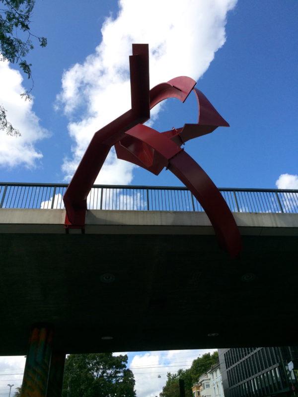 Dreiteilige Eisenplastik von Paul Suter, 1974, Ohne Titel, hängt am Viadukt an der Heuwaage. Foto © Welz