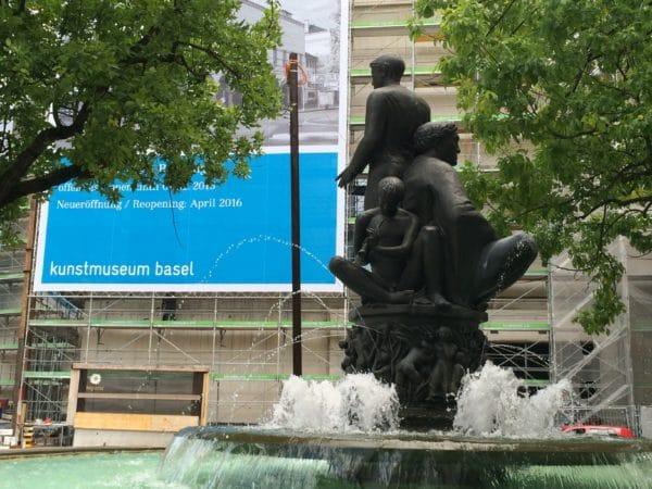 """Brunnen """"Die Lebensalter"""" von Alexander Zschokke vor dem Kunstmuseum Basel mit Blick auf die Baustelle Erweiterungsbau an der Dufourstraße - Foto © Welz"""