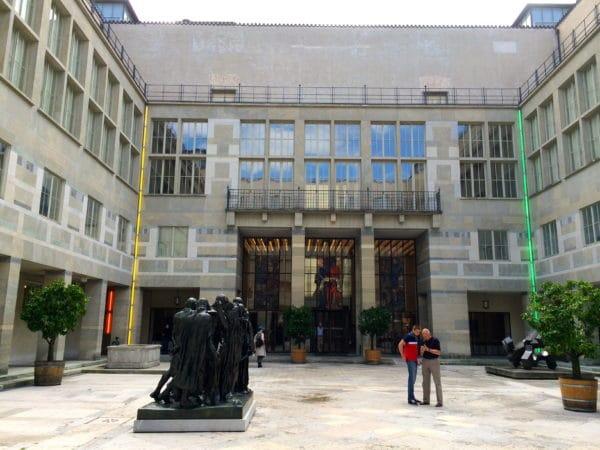 Die Bürger von Calais von Auguste Rodin und Neonröhren von Dan Flavin im Innenhof Kunstmuseum Basel - Foto © Welz