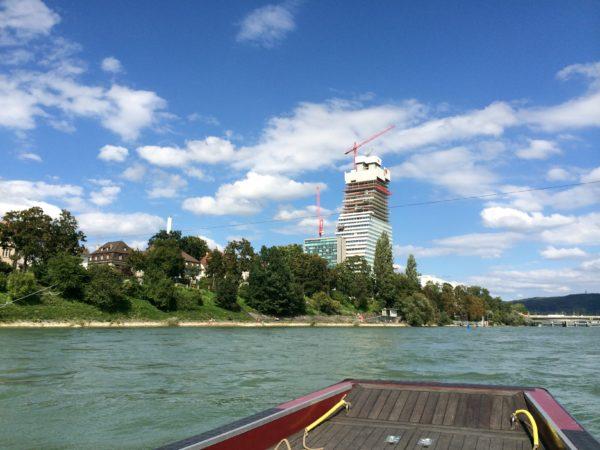 Blick von der Rheinfähre auf den Roche-Tower. Geplante Fertigstellung 2015. Mit 41 Etagen und 178 m Höhe wird der Roche-Tower das höchste Hochhaus der Schweiz sein. Foto © Welz