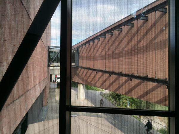 """Museum Tinguely Südseite. Blick auf die """"Promenade"""" des Museums am Rheinufer. Foto © Welz"""