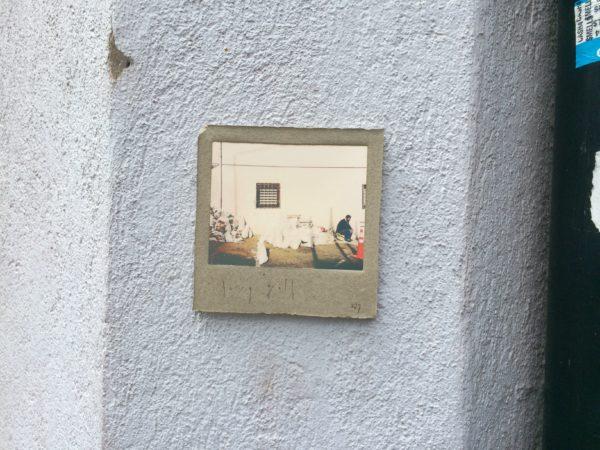 An einer großen Kreuzung eine kleine Fotokachel: Harry Gelb 527 - Foto © Welz