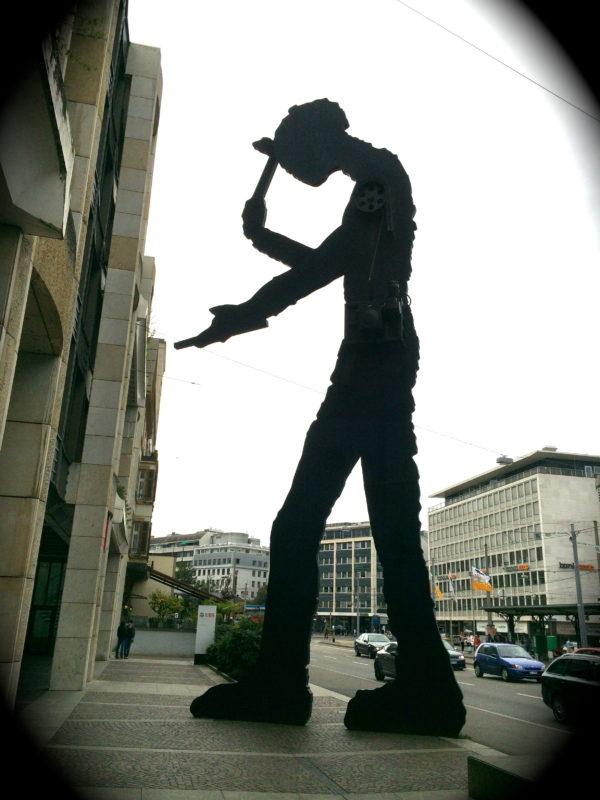Der 44' Hammering Man von Jonathan Borofsky, 1989 am Aeschenplatz ist nicht zu übersehen. Drei bis vier Hammerschläge pro Minute! Foto © Welz