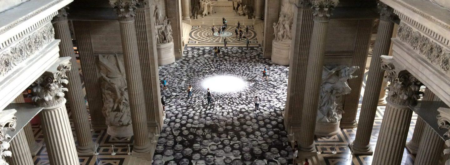 Von der Empore hat man einen phantastischen Blick auf die Fotoinstallation von JR im Panthéon in Paris - Foto © Welz
