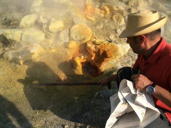 Nach dem Feuerzauber holt mir Guglielmo einen glitzernden Stein aus der Bocca Grande, der Hauptfumarole der Solfatara. Foto © Welz