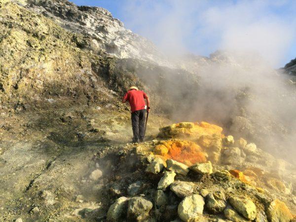 Guglielmo legt einen Stein in die Bocca Grande und holt einen Stein für mich heraus. Foto ©Welz