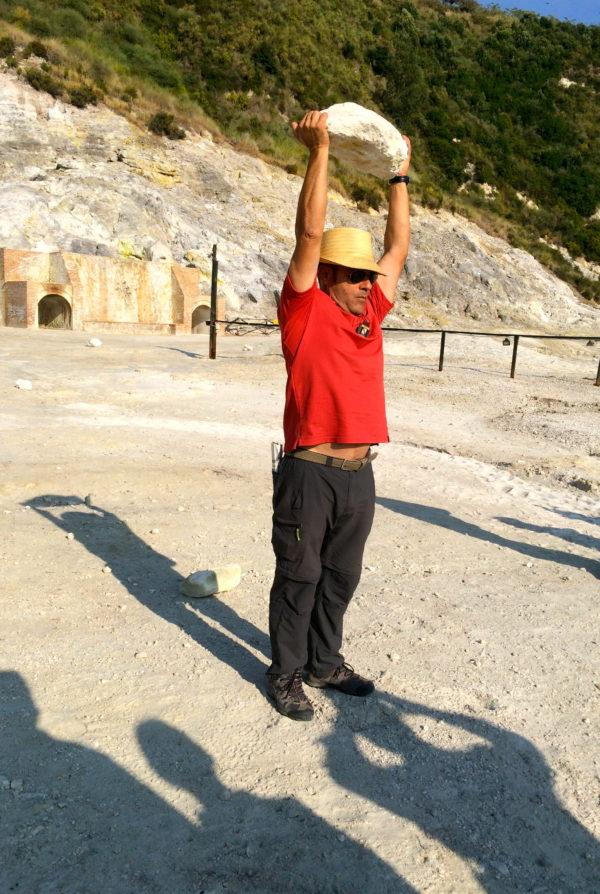 Guglielmo sucht sich einen großen Steinbrocken und ... Foto © Welz