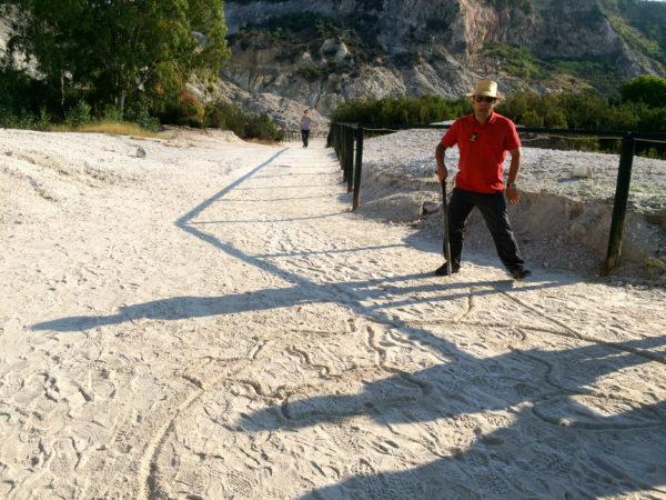 Mit seinem Stock skizziert Guglielmo die geographische Situation in den Sand. Foto © Welz