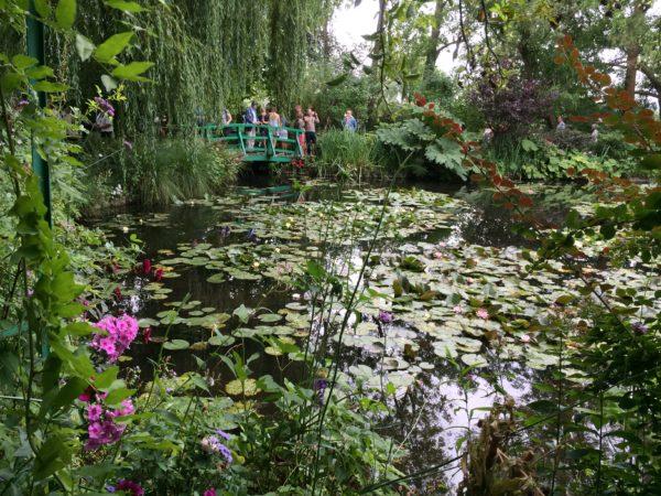 Der berühmte Seerosenteich mit der Brücke im Garten von Claude Monet in Giverny. Foto © Welz