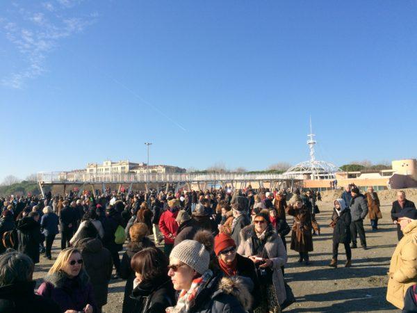 Am Neujahrstag trifft man sich auf dem Lido von Venedig. Foto © Welz