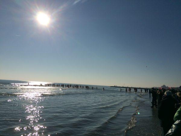 Die Ibernisti stürzen sich ins eiskalte Meerwasser ... Foto © Welz