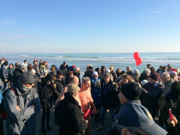 Nach dem Bad im Meer gibt es das Bad in der Menschenmenge und dann Linsen, Schweinswurst und Wein ... Foto © Welz