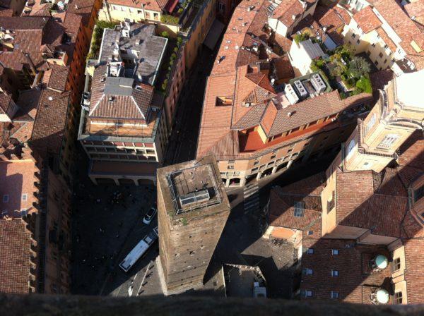 Zwei Türme sind das Wahrzeichen der Stadt Bologna. Blick vom Garisenda-Turm auf den Asinelli-Turm. Foto ©Welz