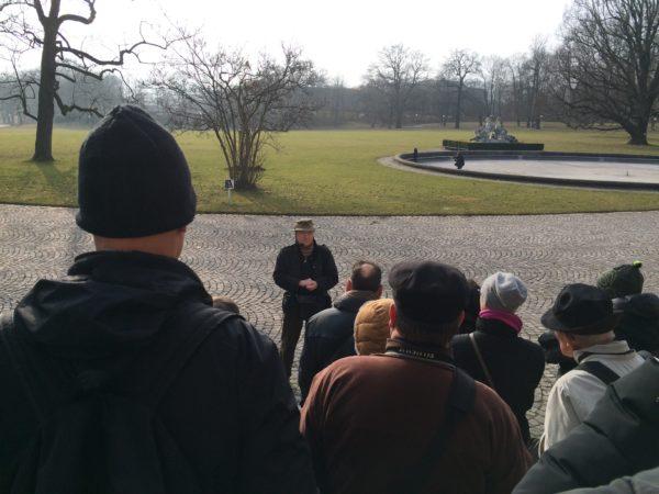 Treffpunkt zur Führung mit Hermann Gökeler am Schloss Rosenstein - Foto © Welz