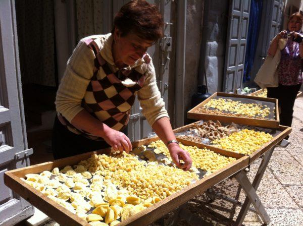 """In der Altstadt von Bari kann man frische, hausgemachte Orecchiette """"Öhrchennudeln"""" kaufen ... Foto © Welz"""