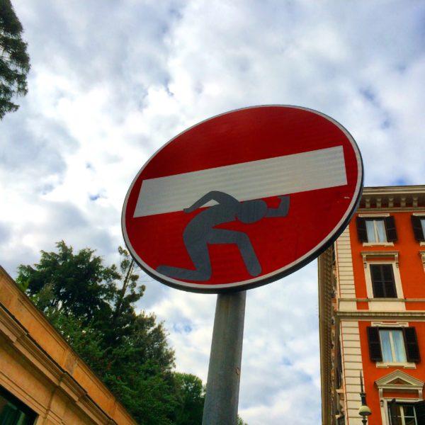 Noch ein Balkenträger von Clet Abraham in Rom. Foto © Welz