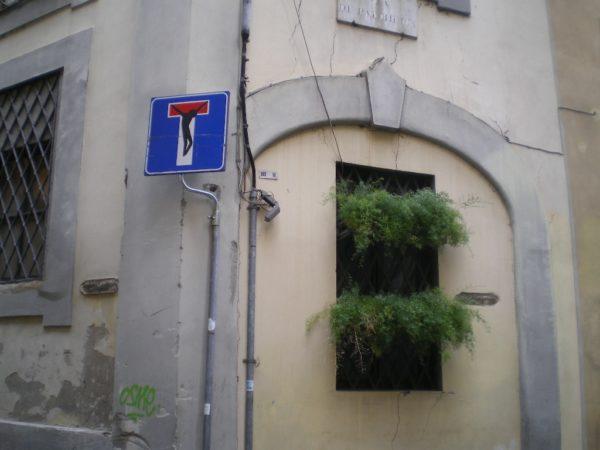 In der Via dei Palchetti in Florenz hab ich das erste Verkehrszeichen CHRISTUS von Cletabraham entdeckt. Foto © Welz