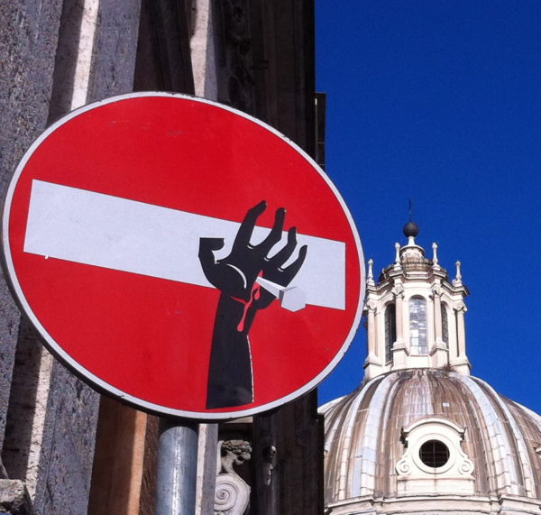 Kreuzigung (Detail) von Clet Abraham entdeckt in Rom im März 2014 - Foto © Welz