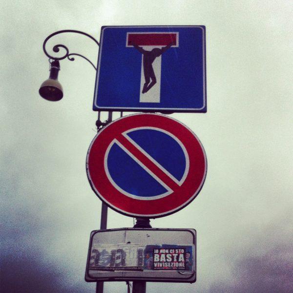 Auch auf der Piazza San Giovanni in Laterano hab ich das Verkehrszeichen CHRISTUS von Cletabraham gefunden. Foto © Welz