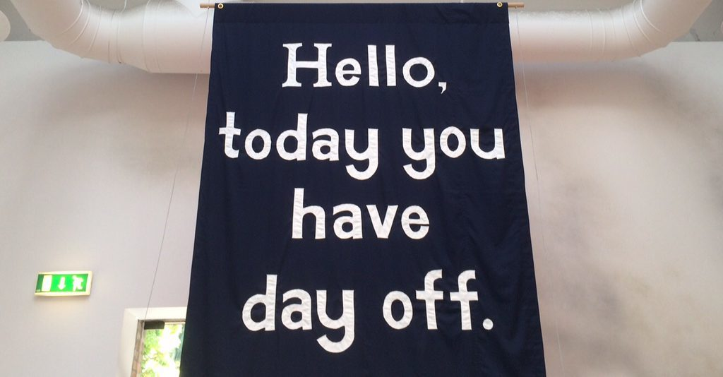 Freiberuflich im Museum? Hello, today you have day off (2013) Banner von Jeremy Deller gesehen bei der Biennale Venezia 2015 -  Foto © Welz