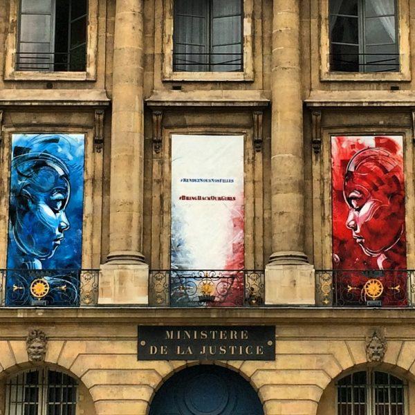 Banner #bringbackourgirls #rendeznousnosfilles von C215 an der Fassade des Justizministeriums in Paris. Foto © Welz