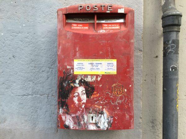 """Bevorzugt macht C215 seine Bilder auf Briefkästen. Hier seht er den Jungen aus dem Bild von Caravaggio """"Die Berufung des Hl. Matthäus"""" in Rom S. Luigi dei Francesi - Foto © Welz"""