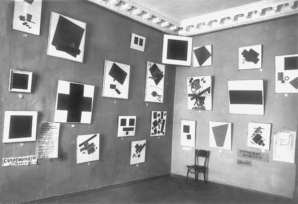 Der Raum von Malewitsch mit Schwarzem Quadrat und weiteren suprematistischen GemäldenRussisches Staatsarchiv für Literatur und Kunst, Moskau