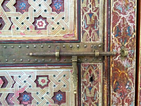 Für Touristen ist das Mausoleum Ali Cherif nicht zugänglich. Er wird als Begründer der Alouiten-Dynastie verehrt. Detail der Tür. Foto © Welz