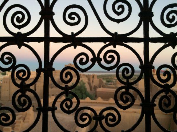 Blick durch das Fenster der Kasbah Taourirt in Ouarzazate. Foto © Welz